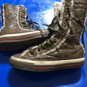 Converse woman's size 6 - fur lined boot style